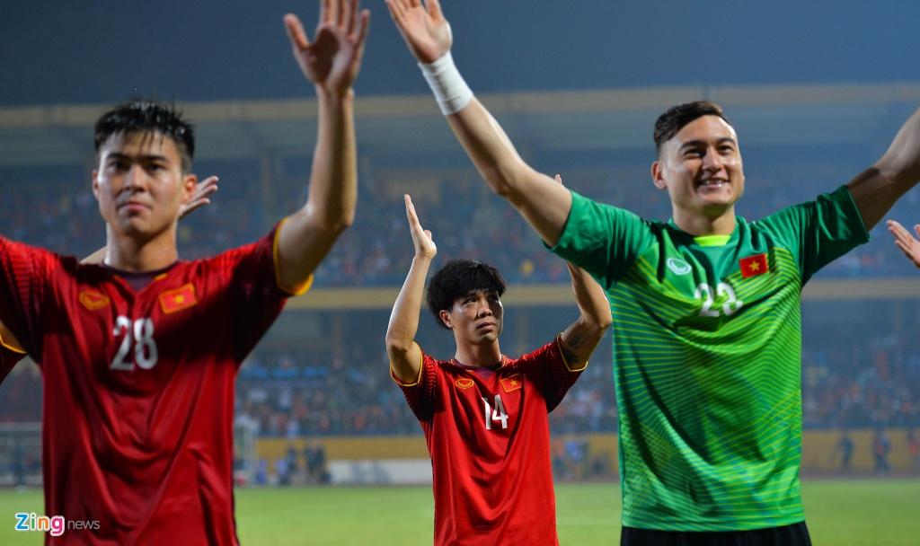 Bui Tien Dung om Dinh Trong, Duy Manh sau lan dau thi dau tai AFF Cup hinh anh 4