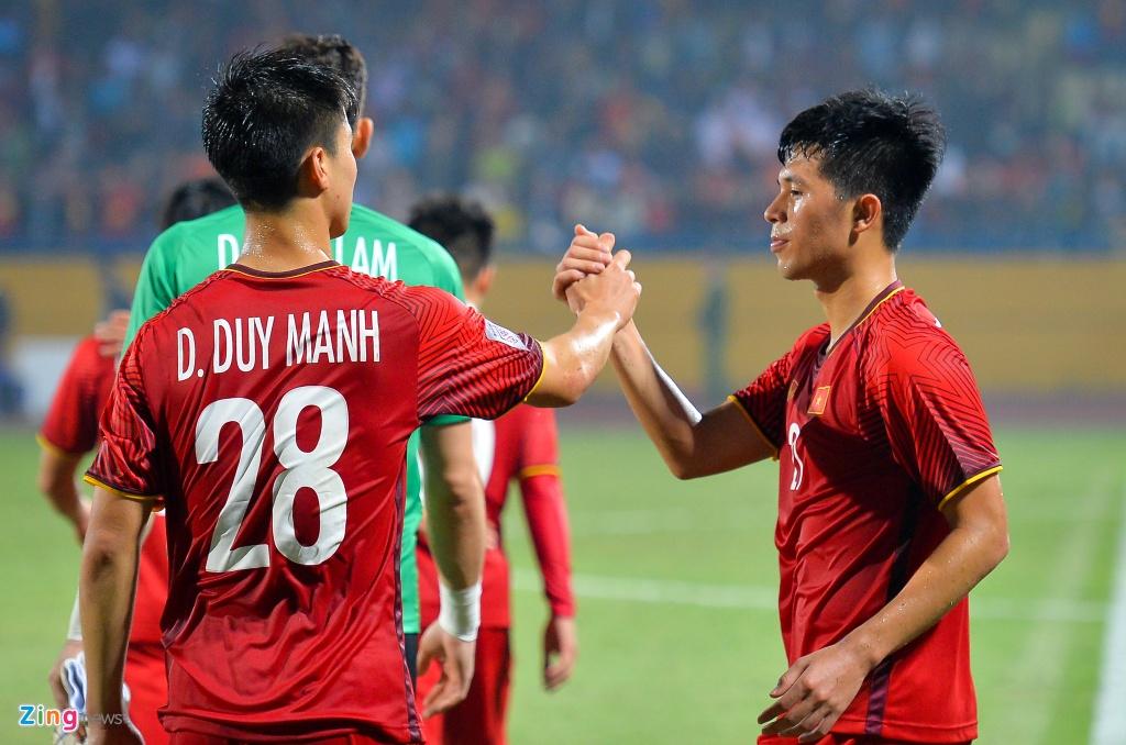 Bui Tien Dung om Dinh Trong, Duy Manh sau lan dau thi dau tai AFF Cup hinh anh 5