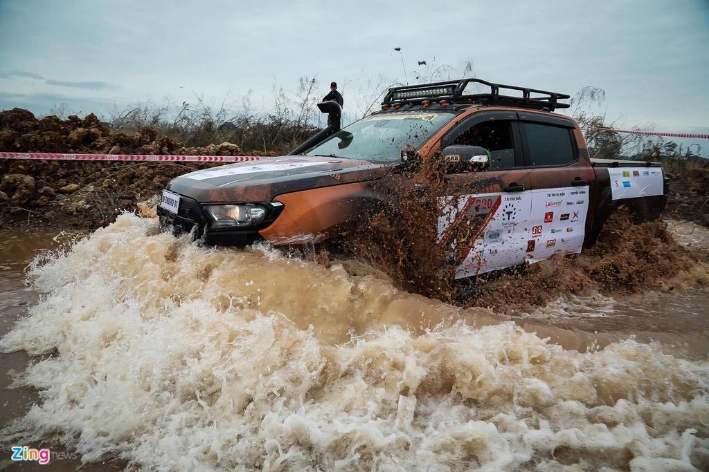Hon 50 xe ban tai loi nuoc, vat lon trong bun o Quang Ninh hinh anh 6