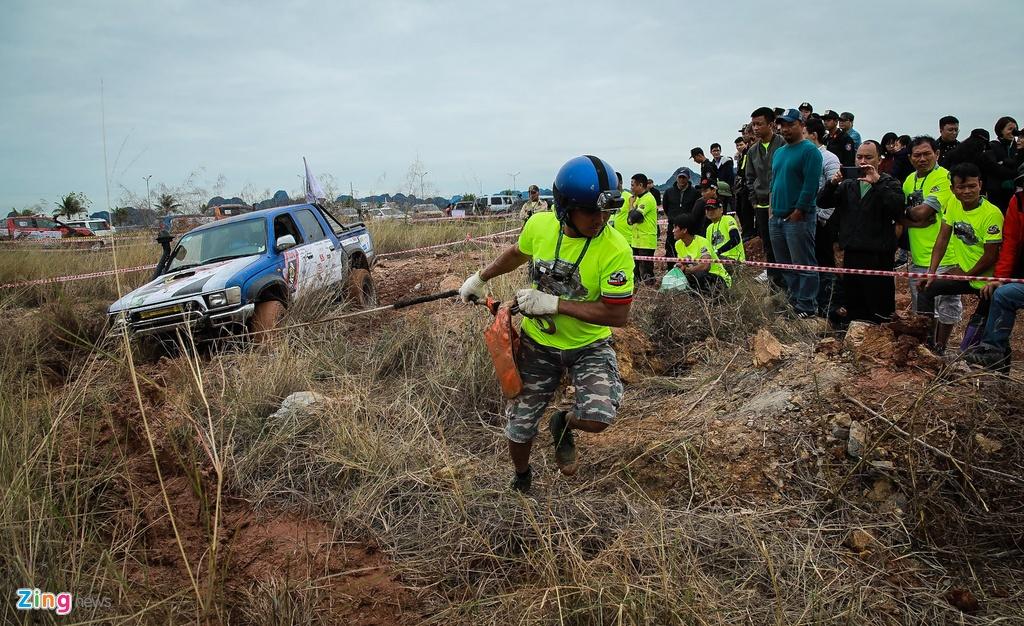 Hon 50 xe ban tai loi nuoc, vat lon trong bun o Quang Ninh hinh anh 9