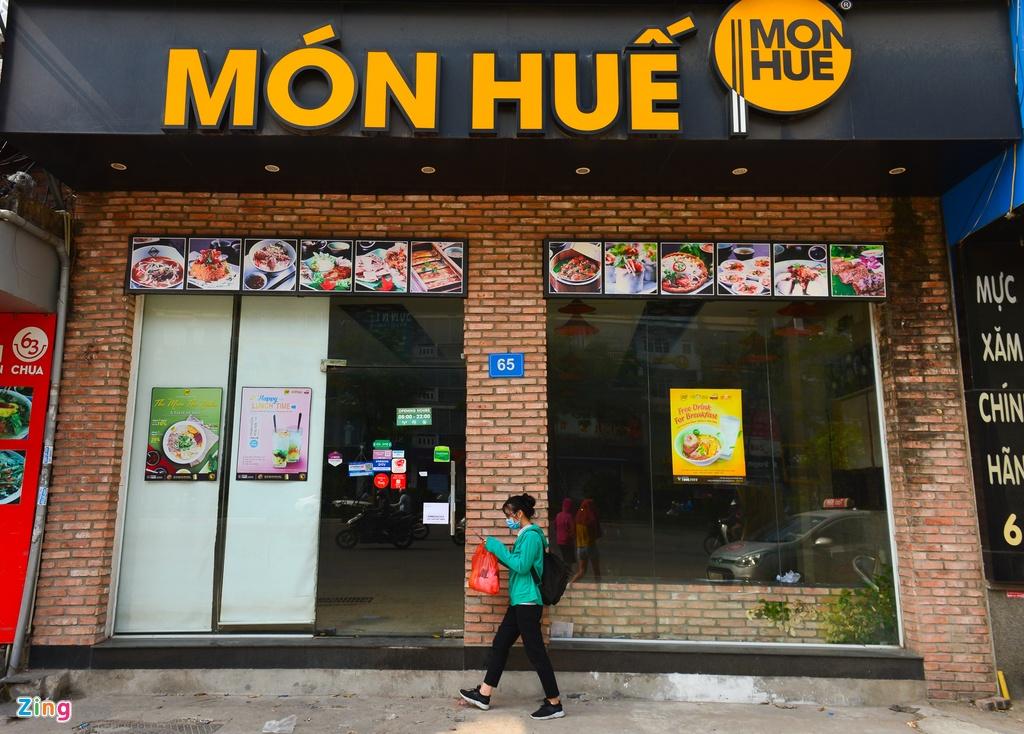 Nhieu cua hang Mon Hue o Ha Noi dong cua, bo lai ban ghe hinh anh 1