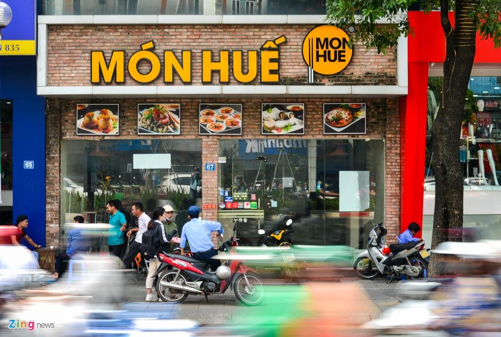Nhieu cua hang Mon Hue o Ha Noi dong cua, bo lai ban ghe hinh anh 3