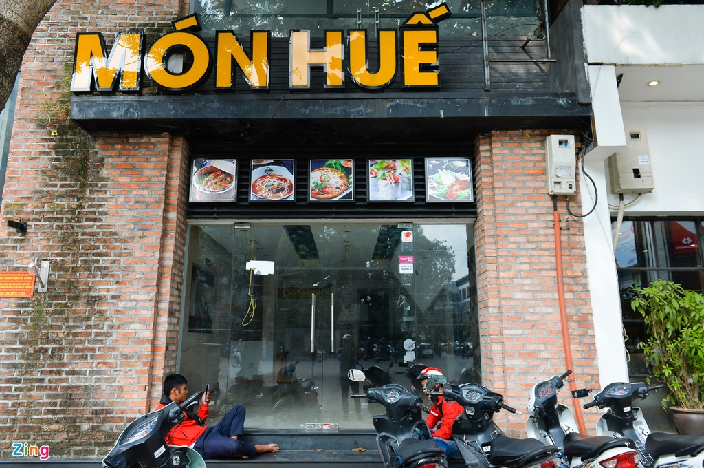 Nhieu cua hang Mon Hue o Ha Noi dong cua, bo lai ban ghe hinh anh 9