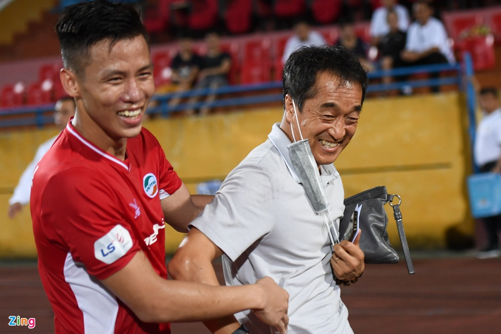 Que Ngoc Hai chia vui voi tro ly Lee Young-jin anh 1