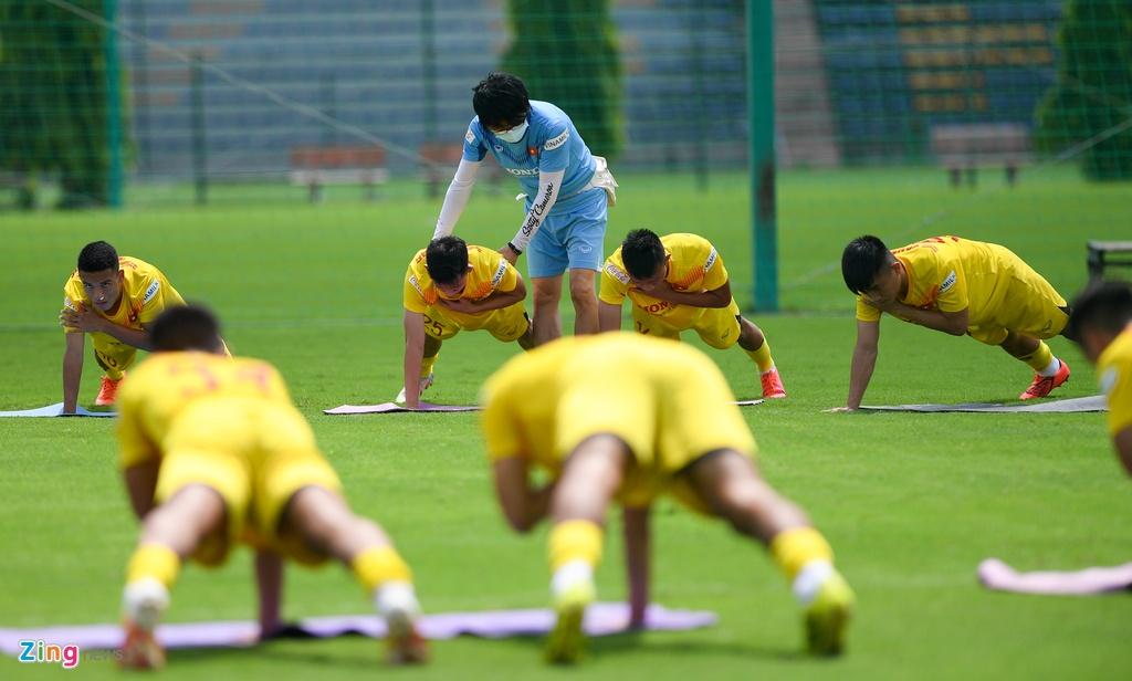 HLV Park Hang-seo chong day mot tay anh 3