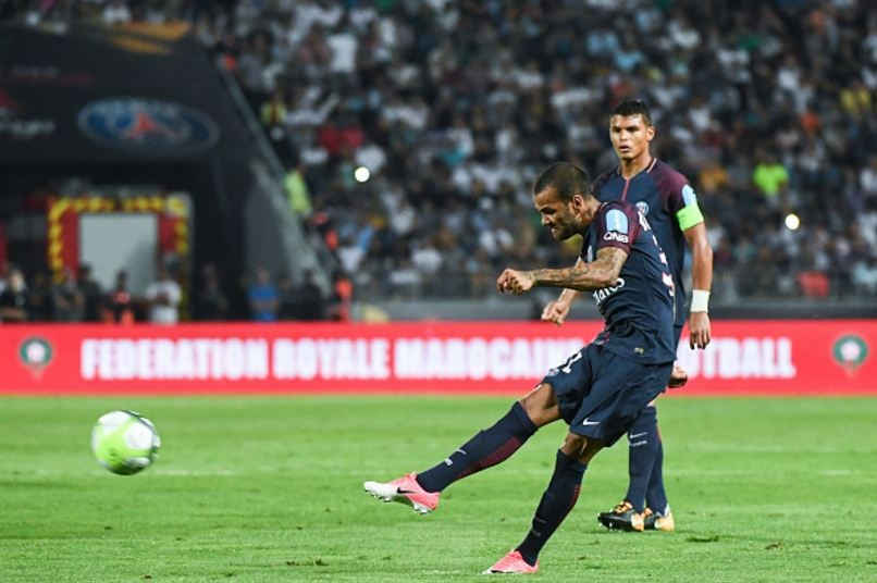 Dani Alves lap sieu pham sut phat dua PSG dang quang sieu cup Phap hinh anh 4