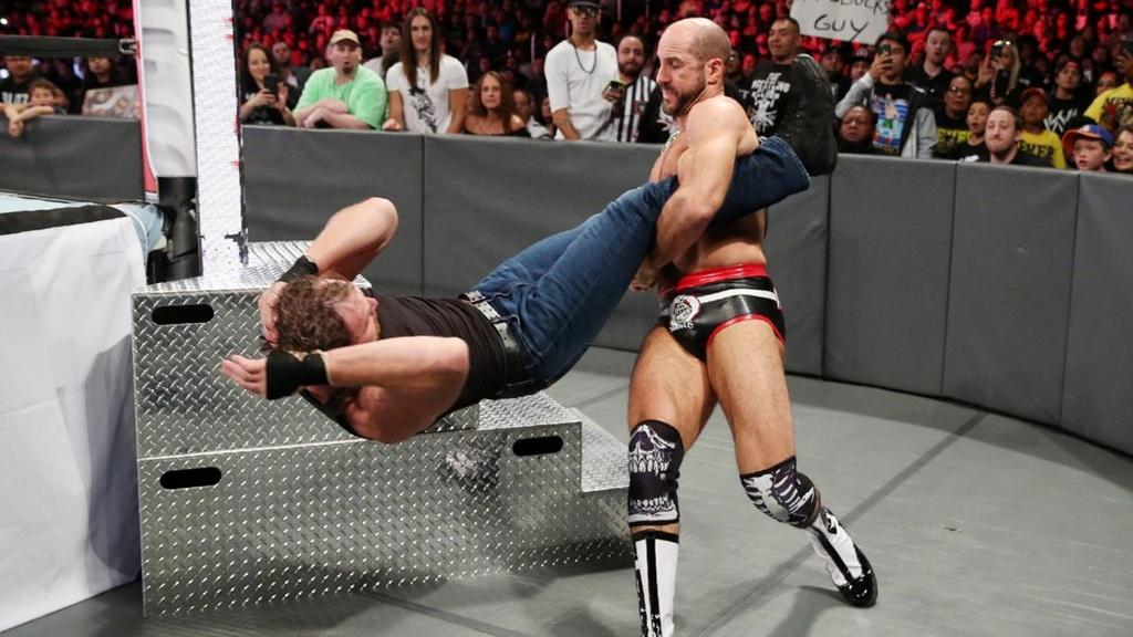 Sieu sao WWE gay 2 rang cua vi bieu dien qua sung hinh anh 2