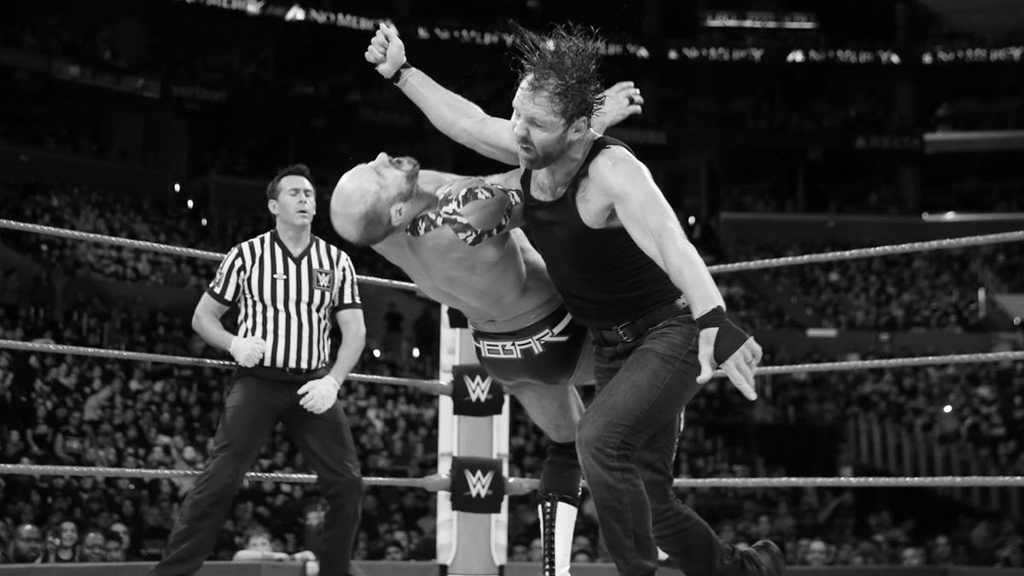 Sieu sao WWE gay 2 rang cua vi bieu dien qua sung hinh anh 3
