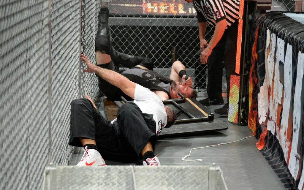 Sao WWE nhap vien sau cu nhay huyen thoai tu noc long sat hinh anh 2