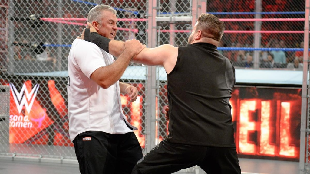 Sao WWE nhap vien sau cu nhay tu noc long sat anh 1