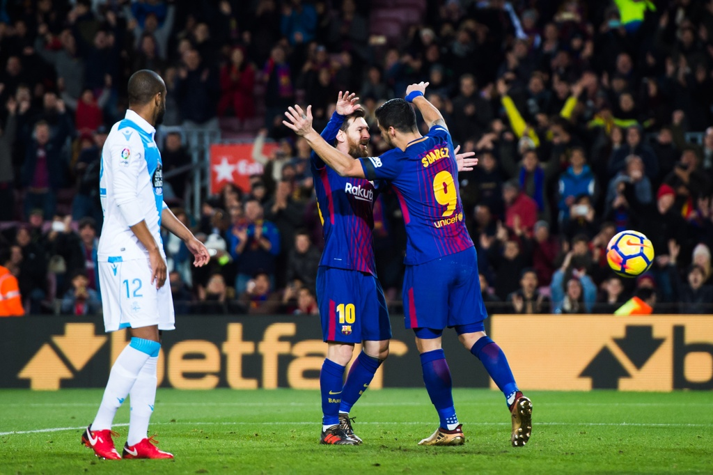 Messi lap hat-trick sut trung khung go, Barca van thang 4-0 hinh anh 3