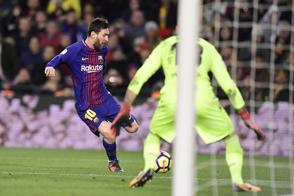 Messi lap hat-trick sut trung khung go, Barca van thang 4-0 hinh anh 4
