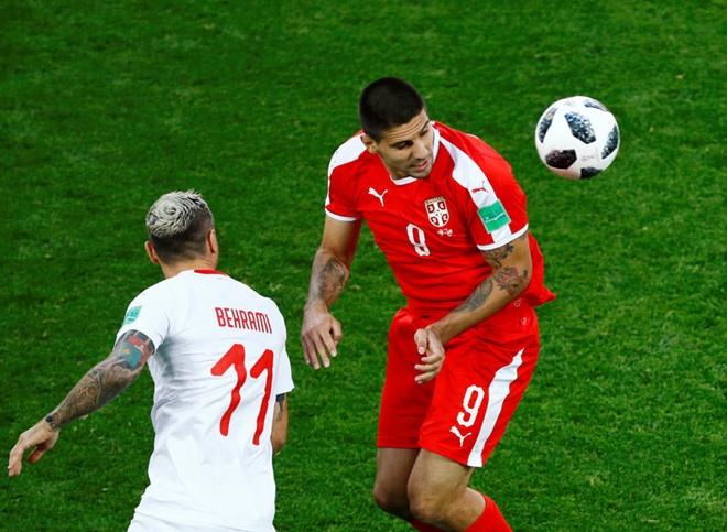 'Messi Thuy Si' coi ao, khoe co bap sau ban thang solo ha Serbia hinh anh 6