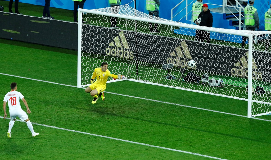 'Messi Thuy Si' coi ao, khoe co bap sau ban thang solo ha Serbia hinh anh 9