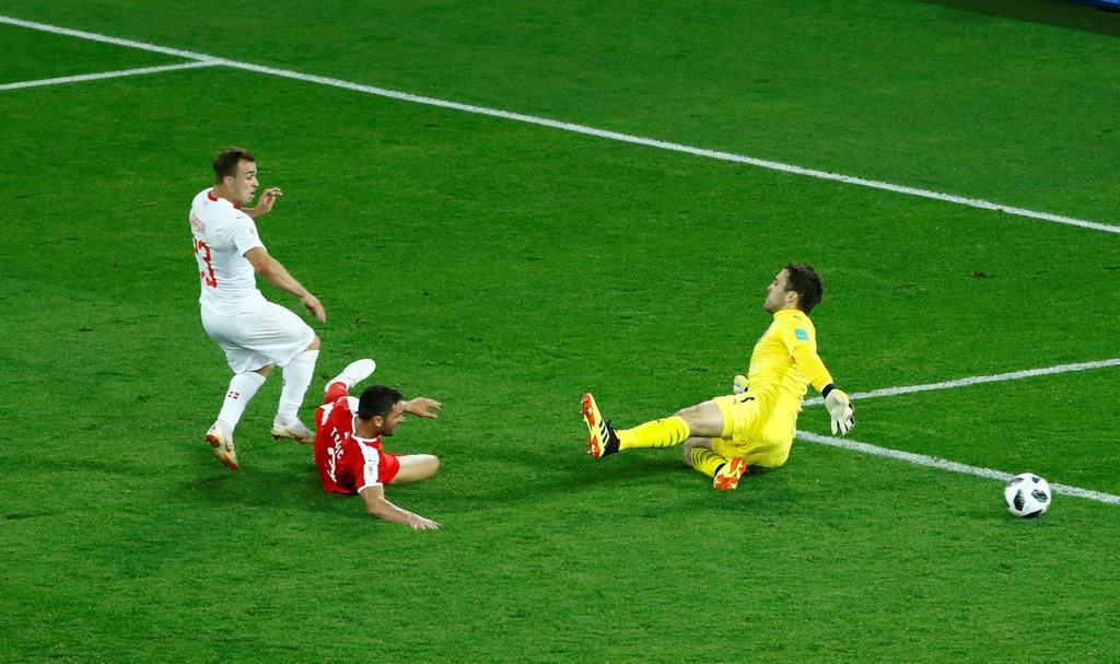 'Messi Thuy Si' coi ao, khoe co bap sau ban thang solo ha Serbia hinh anh 2