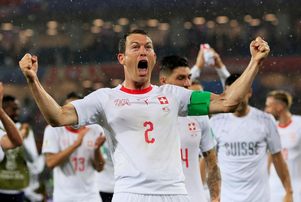 'Messi Thuy Si' coi ao, khoe co bap sau ban thang solo ha Serbia hinh anh 10
