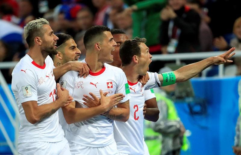 'Messi Thuy Si' coi ao, khoe co bap sau ban thang solo ha Serbia hinh anh 8