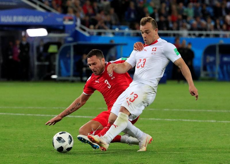 'Messi Thuy Si' coi ao, khoe co bap sau ban thang solo ha Serbia hinh anh 1