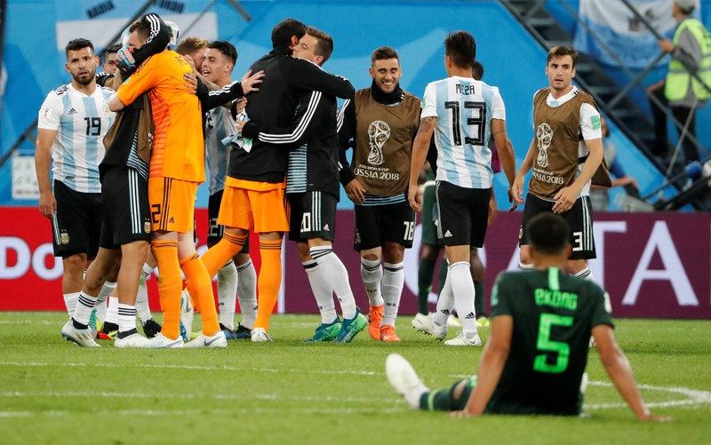 CDV Nigeria chet lang, cau thu bat khoc sau tran thua Argentina hinh anh 11