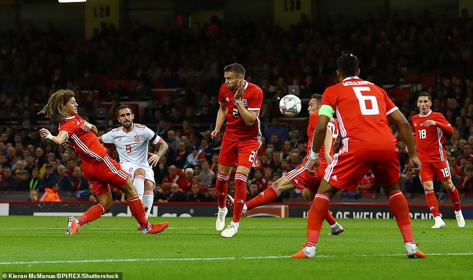 Bale rang ro nhan giai thuong trong ngay DT xu Wales bi vui dap hinh anh 2