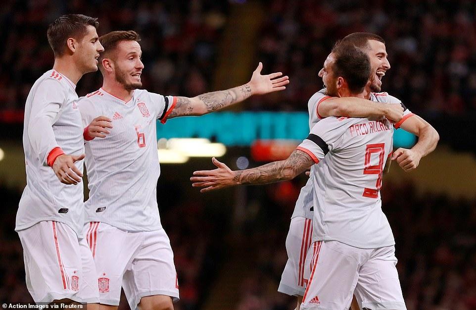 Bale rang ro nhan giai thuong trong ngay DT xu Wales bi vui dap hinh anh 1