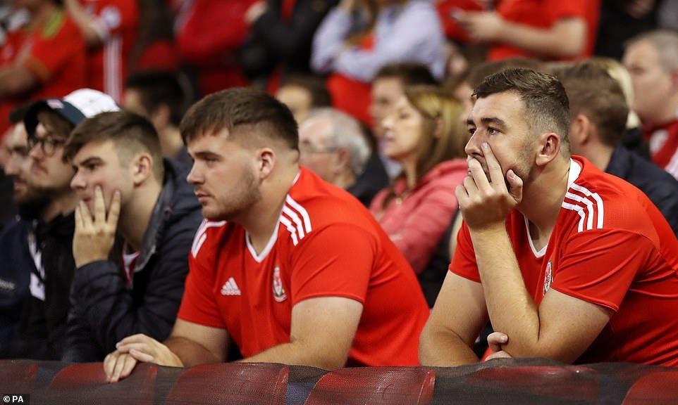 Bale rang ro nhan giai thuong trong ngay DT xu Wales bi vui dap hinh anh 7