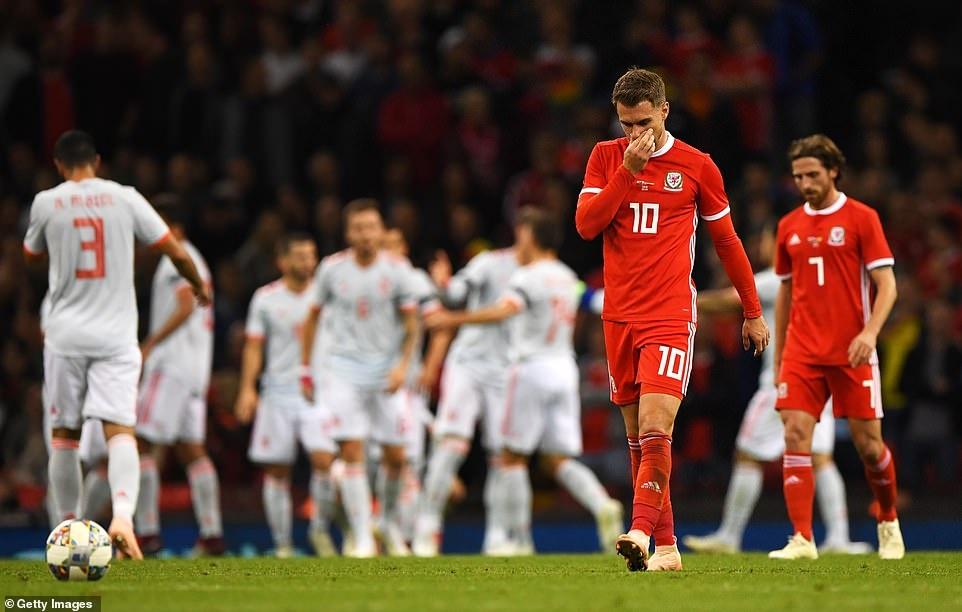 Bale rang ro nhan giai thuong trong ngay DT xu Wales bi vui dap hinh anh 9
