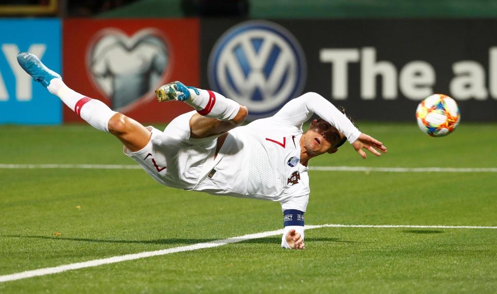 Fan cuong vao san quy truoc mat Ronaldo hinh anh 7