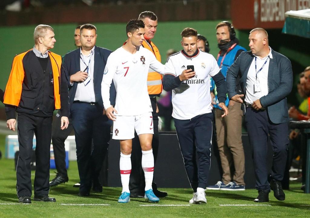 Fan cuong vao san quy truoc mat Ronaldo hinh anh 4