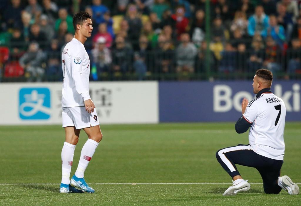 Fan cuong vao san quy truoc mat Ronaldo hinh anh 1