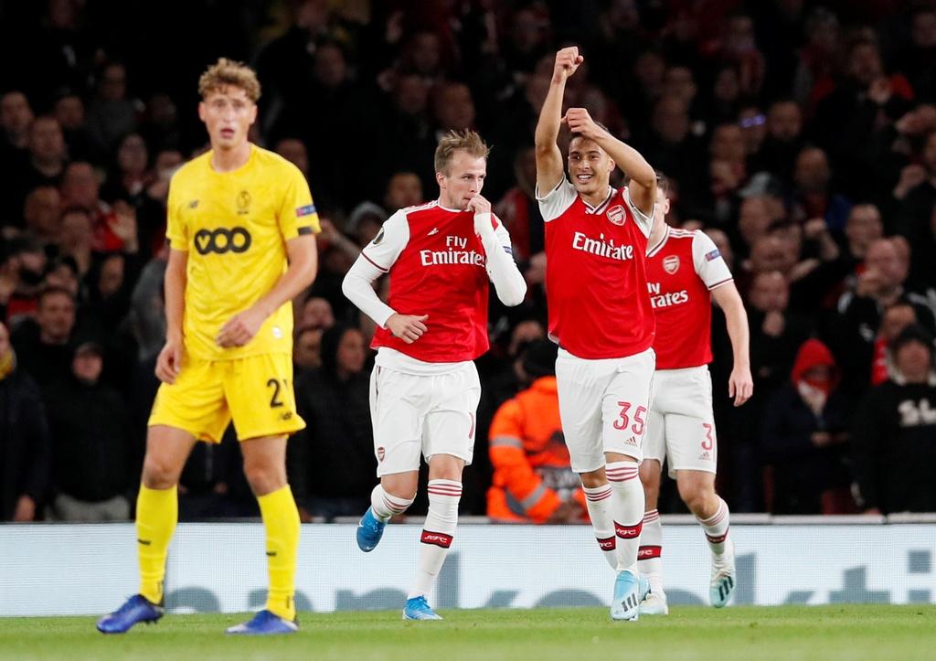 Tien dao 18 tuoi lap cu dup trong 2 phut giup Arsenal thang 4-0 hinh anh 2