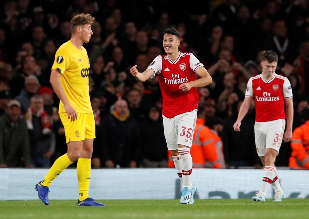 Tien dao 18 tuoi lap cu dup trong 2 phut giup Arsenal thang 4-0 hinh anh 3