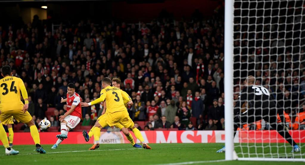 Tien dao 18 tuoi lap cu dup trong 2 phut giup Arsenal thang 4-0 hinh anh 4