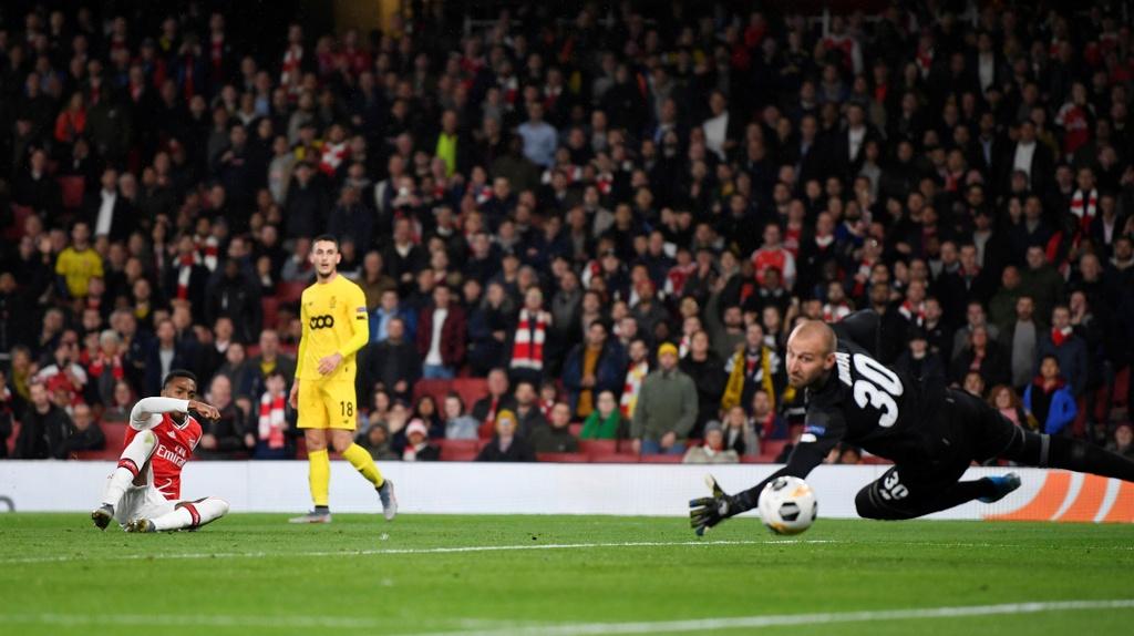 Tien dao 18 tuoi lap cu dup trong 2 phut giup Arsenal thang 4-0 hinh anh 7