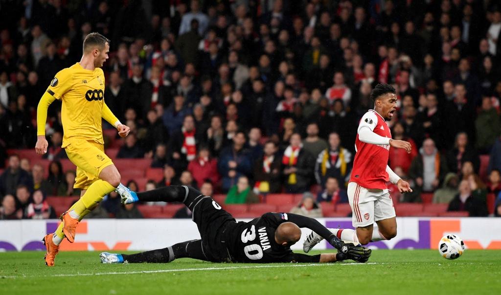 Tien dao 18 tuoi lap cu dup trong 2 phut giup Arsenal thang 4-0 hinh anh 8
