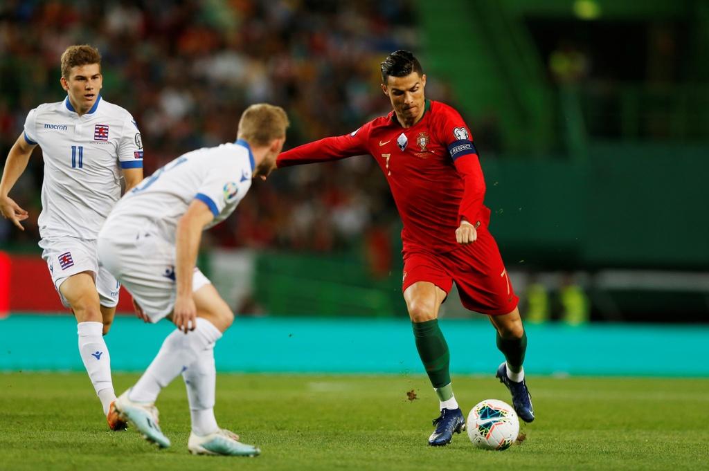 Ronaldo ghi ban giup Bo Dao Nha thang dam o VL Euro 2020 hinh anh 2