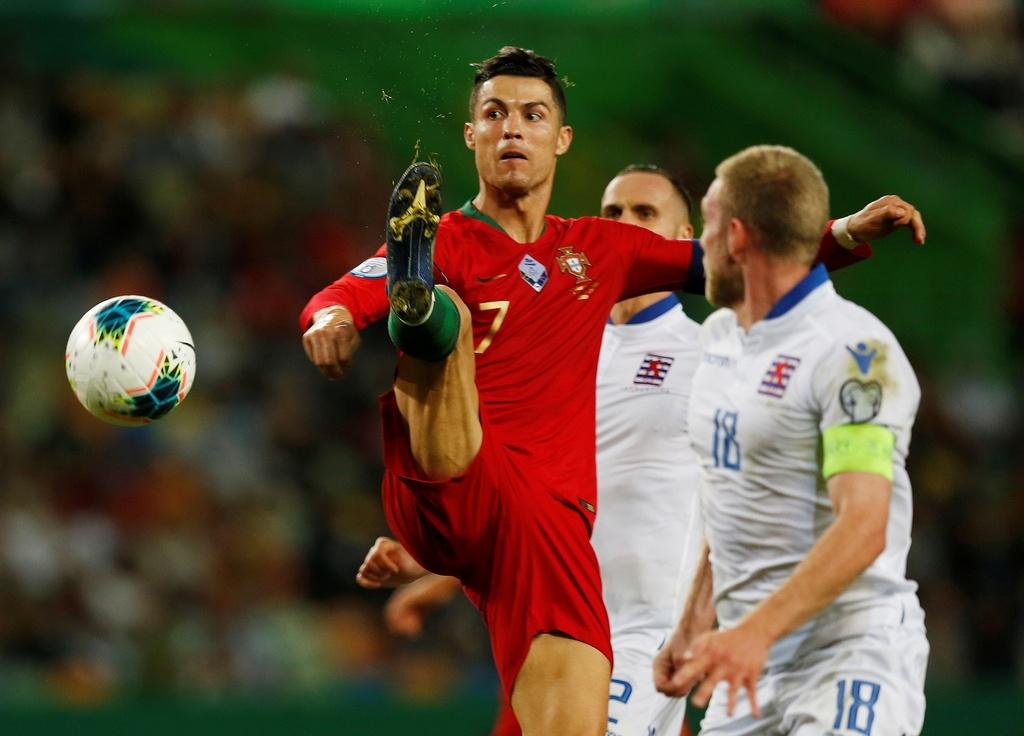Ronaldo ghi ban giup Bo Dao Nha thang dam o VL Euro 2020 hinh anh 9