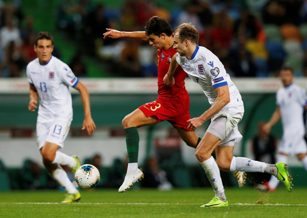 Ronaldo ghi ban giup Bo Dao Nha thang dam o VL Euro 2020 hinh anh 4