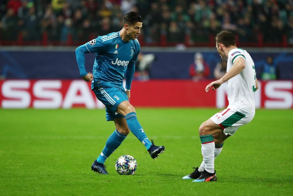 Ronaldo that vong khi bi Ramsey cuop ban thang hinh anh 5