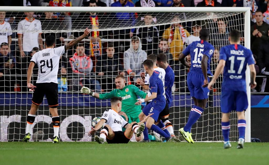 Tien ve Valencia tat bong thanh ban khien Chelsea bi cam hoa hinh anh 6