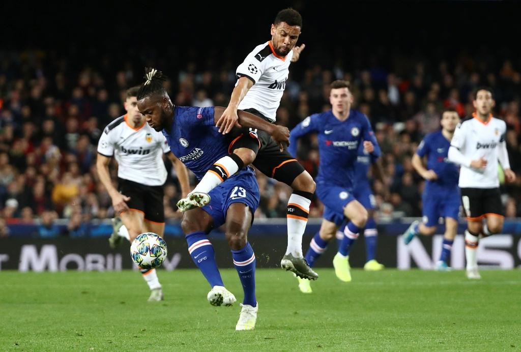 Tien ve Valencia tat bong thanh ban khien Chelsea bi cam hoa hinh anh 11
