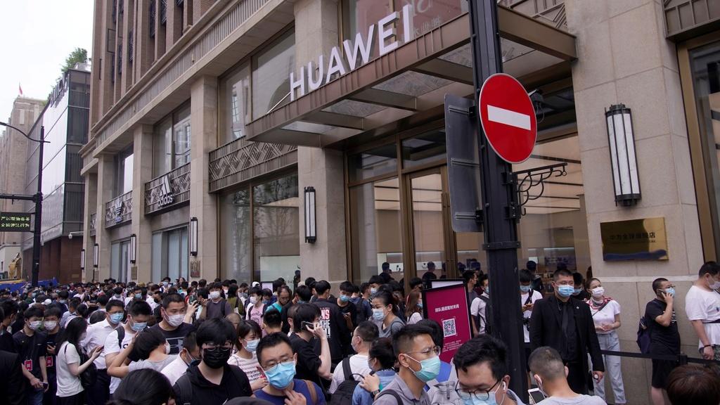 Huawei mo cua hang lon nhat tai Trung Quoc anh 1