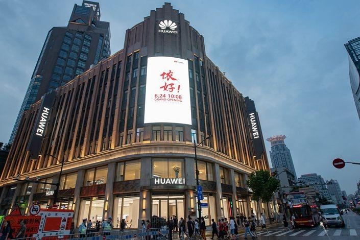 Huawei mo cua hang lon nhat tai Trung Quoc anh 2