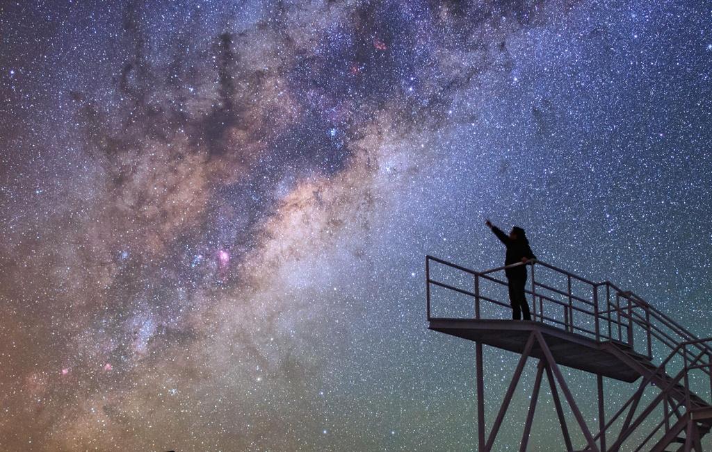"""""""Vươn tới những vì sao"""" là chủ đề được nhiếp ảnh gia Babak Amin Tafreshi đặt cho khoảnh khắc có một không hai này. Đài thiên văn Cerro Paranal (Chile) là địa điểm lý tưởng để thưởng thức những khoảnh khắc kỳ diệu khi màn đêm buông xuống."""