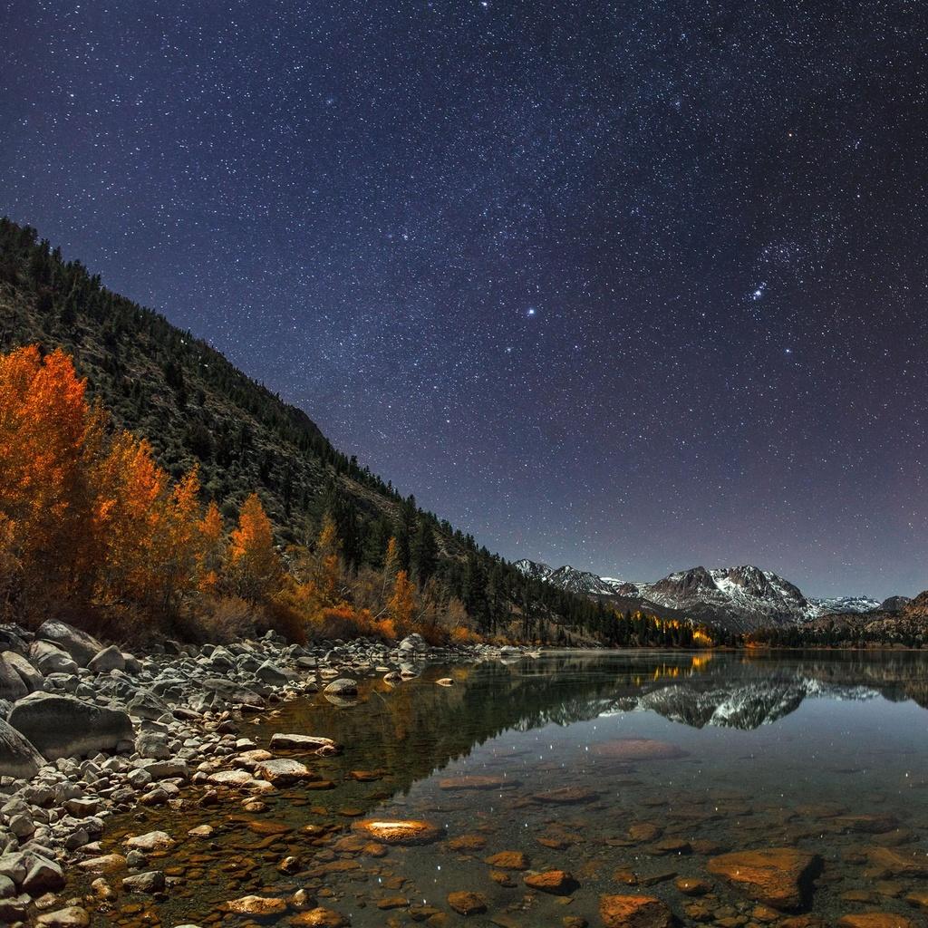 Nằm trên vành phía nam của lưu vực sông Mono, ở độ cao2.333 m, hồ June (Mỹ) không chỉ là địa điểm du lịch lý tưởng mà còn là nơi thích hợp để quan sát các hành tinh trong dải ngân hà. Thời điểm thích hợp nhất để ngắm sao ở hồ June là vào mùa hè, khi bầu trời trong vắt không một gợn mây, những ngôi sao phản chiếu xuống mặt hồ êm ả, như tạo nên hai bầu trời đầy sao lấp lánh.
