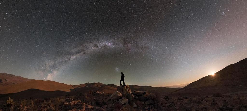 Ngay cả khi Mặt Trăng đã bắt đầu biến mất, những ngôi sao trên dải ngân hà vẫn lấp lánh giữa sa mạc hoang vắng. Qua ống kính của tay máy Babak Amin Tafreshi, con người trông nhỏ bé hơn khi hòa mình vào trời đất bao la.