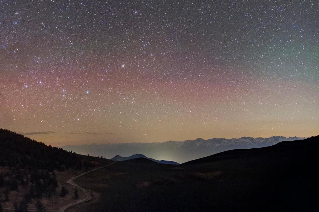 Phía trên dãy núi gập ghềnh, hiểm trở là những vì tinh tú lấp lánh nổi bật giữa nền trời đỏ hồng ấn tượng. Nếu muốn ngắm chòm sao Nhân Mã (Centaurus), dãy núi Sierra (Mỹ) chắc chắn là một điểm bạn không thể bỏ qua.