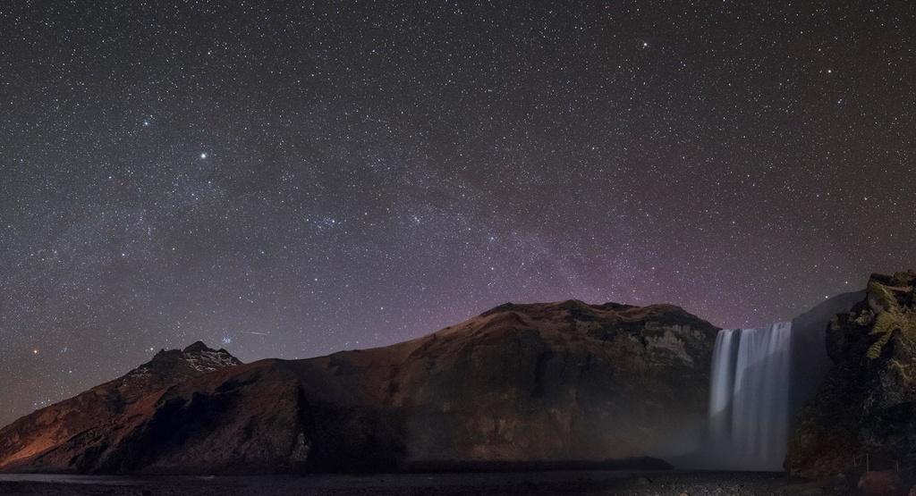 Đứng trên thác Skogafoss (Iceland), từ độ cao 62 m so với mực nước biển, bạn có thể nhìn thấy những ngôi sao sáng nhất từ chòm sao Lạp Hộ (Orion) và sao Anh Tiên (Perseus). Khung cảnh thác nước hùng vĩ nổi bật trên nền trời đầy sao khiến người xem như lạc vào thế giới của những điều kỳ diệu. Ảnh của nhiếp ảnh gia Babak Amin Tafreshi.