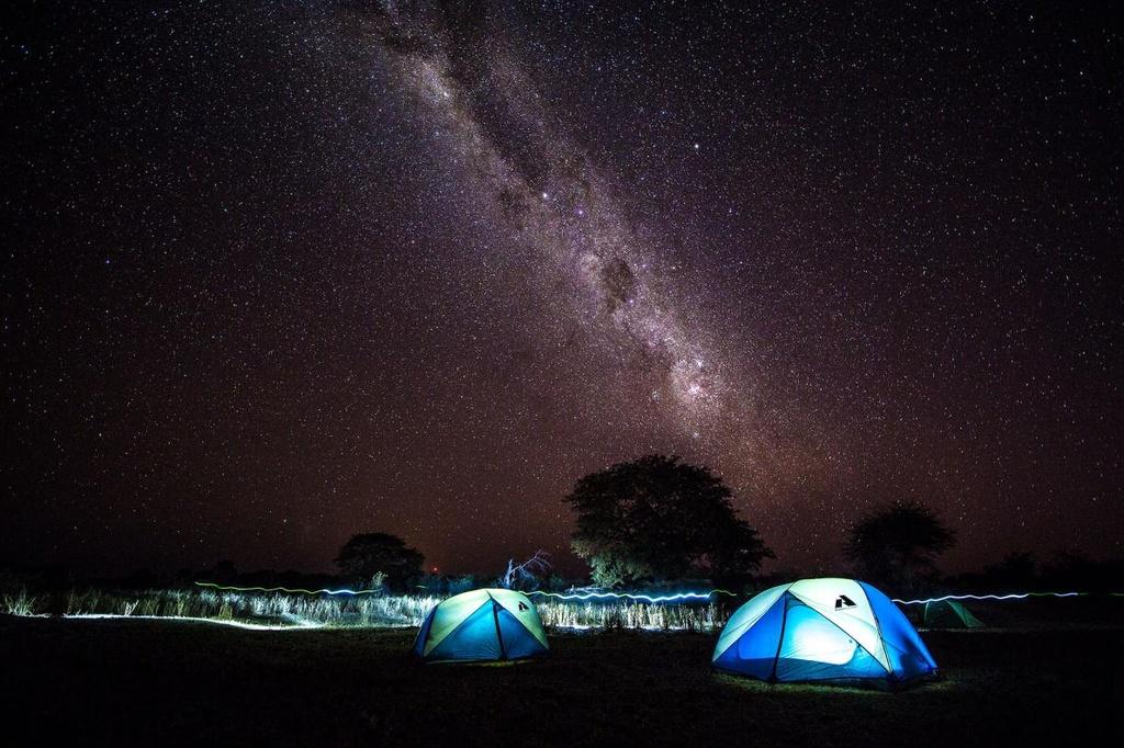 Cả dải ngân hà như được thu vào trong mắt bạn khi ngắm nhìn tác phẩm của nhiếp ảnh gia Mark Stone. Ảnh được chụp tại khu cắm trại thám hiểm trên đồng bằng sông Okavango (Nam Phi), một trong bảy kỳ quan thiên nhiên của châu Phi.