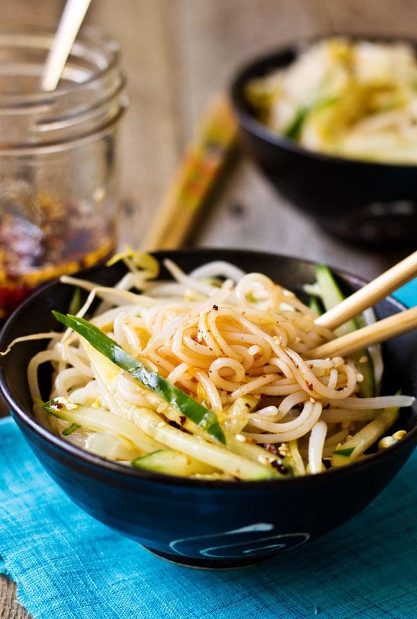 6 mon soi khong the thieu trong ngay dau nam o Trung Quoc hinh anh 12 Savory_Chinese_Rice_Noodle_Salad_sideview_chopsticks.jpg